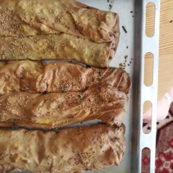 Στριφτή τυρόπιτα με αλεύρι ζέας και κατσικίσια φέτα